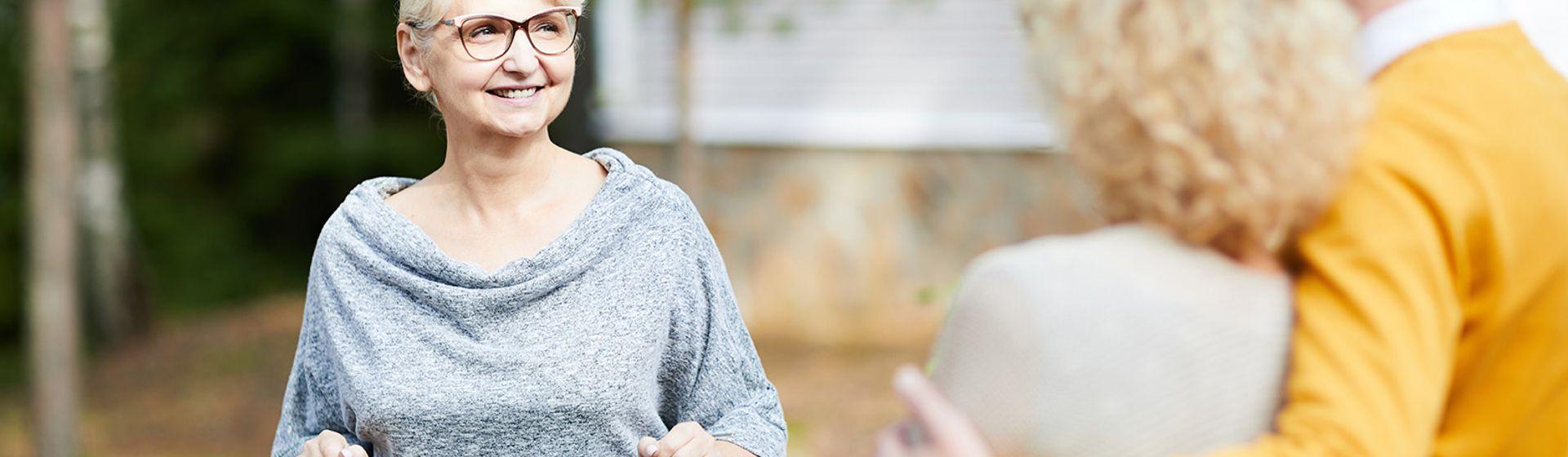 vrouw in gesprek met ander stel over onroerend goed zaken | Het Notarieel