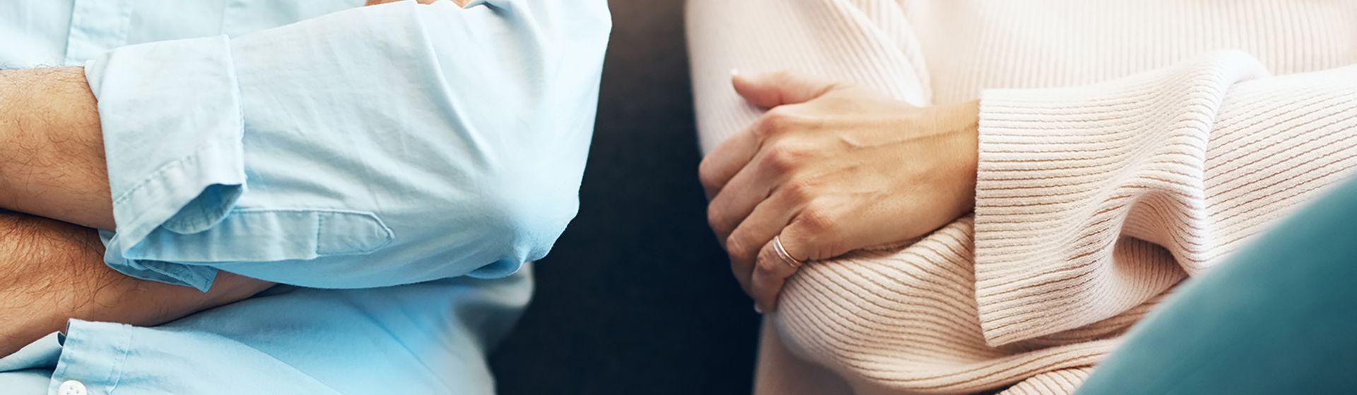 Je gezamenlijke bezittingen verdelen. man en vrouw zitten met hun armen over elkaar heen | Het Notarieel